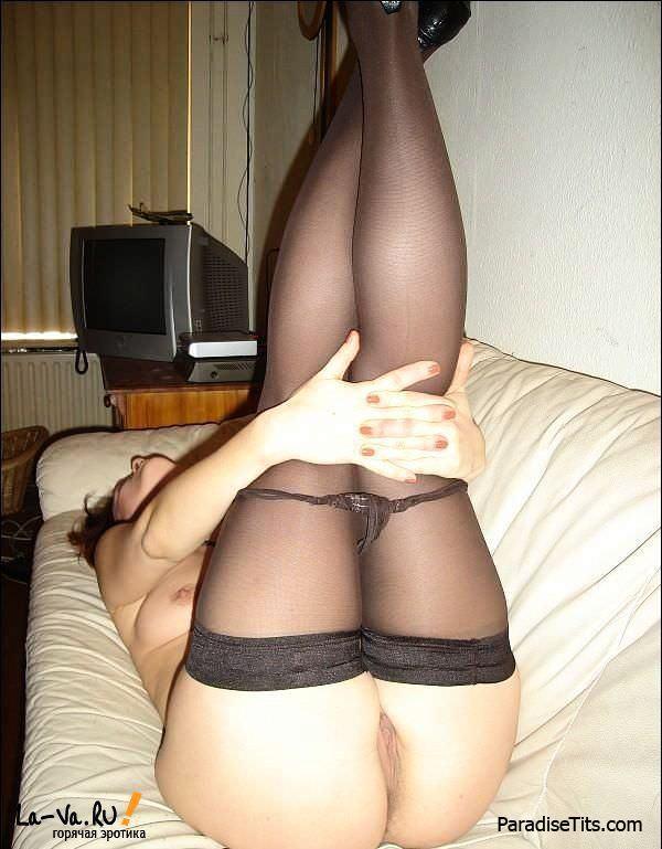 Домашняя красотка в нижнем белье заманчиво преподносит свои прелести на чудесных порно фото