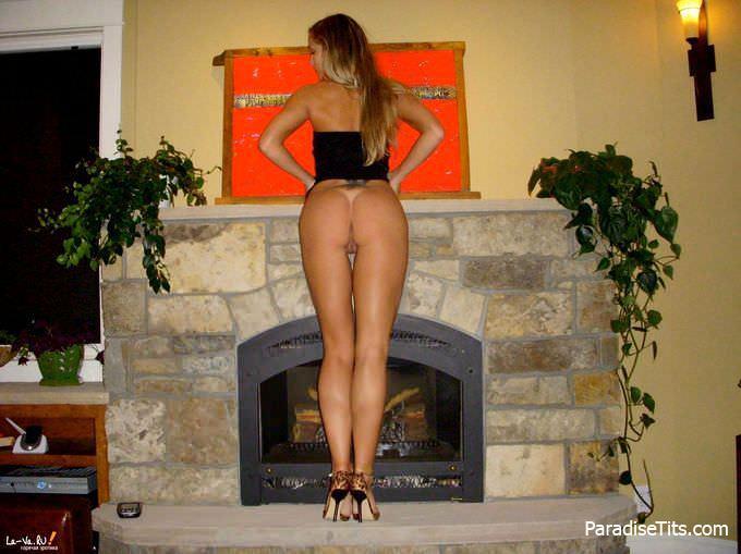 Потрясающие домашние фото, на которых шаловливая голая сучка виляет пиздой и сиськами