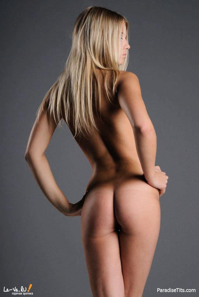 Умопомрачительная красотка фотогенично позирует и дает посмотреть на свою бритую пизду и попку
