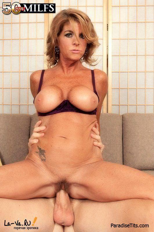 На фото 50-летняя телка занимается пылким сексом с чуваком и сосет у него