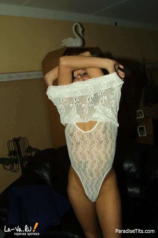 На любительских фото сочная деваха без стеснения показывает пизду