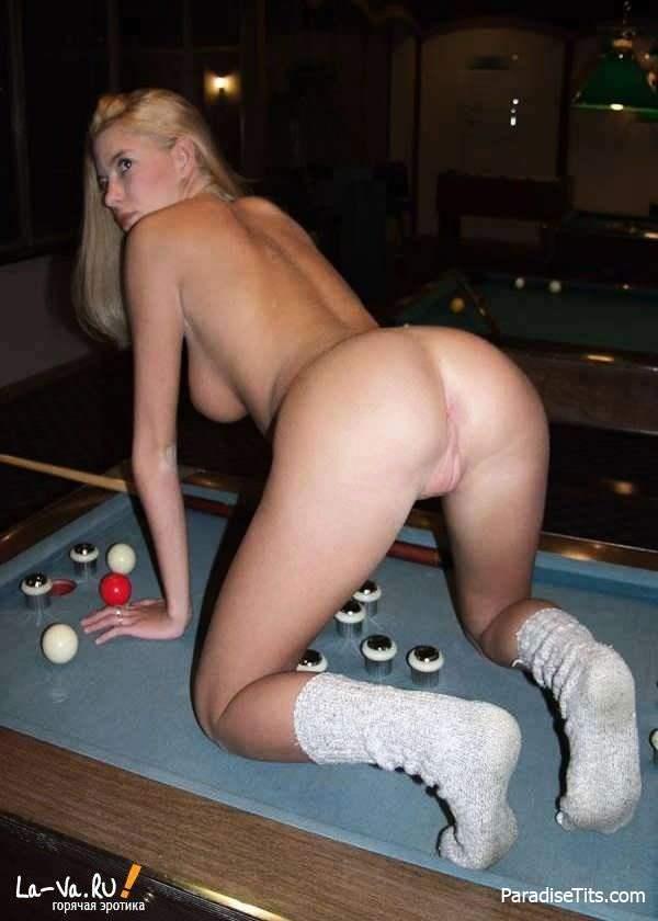На частных фото девушка лежит на столе и показывает голую пизду