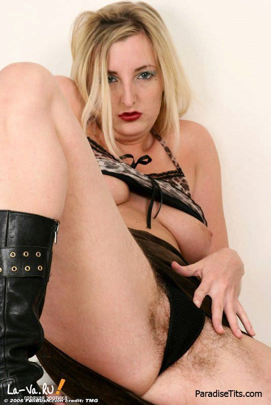 Пышная блонда показывает на порно фото свою небритую пизду и прочие прелести
