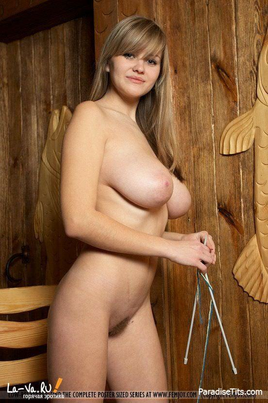 Сочная русская девка с большой грудью позирует откровенно на порно фото