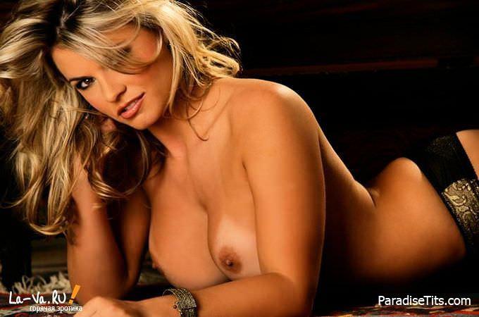 Жаркая блондинистая девушка игриво показывает свои прелести на бесплатных порно фото без регистрации
