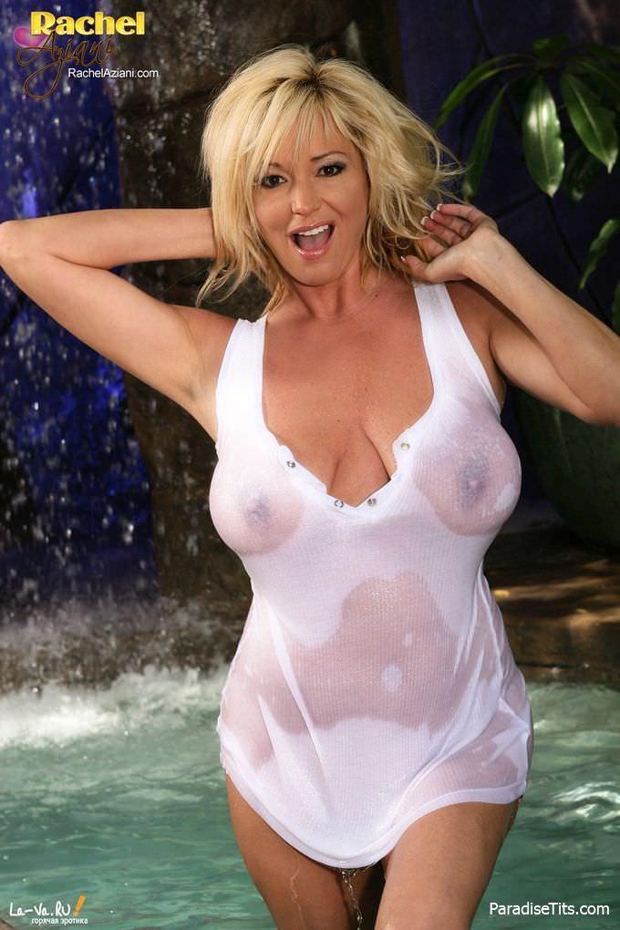 Спелая телка в мокрой майке показывает свою пизду на фото