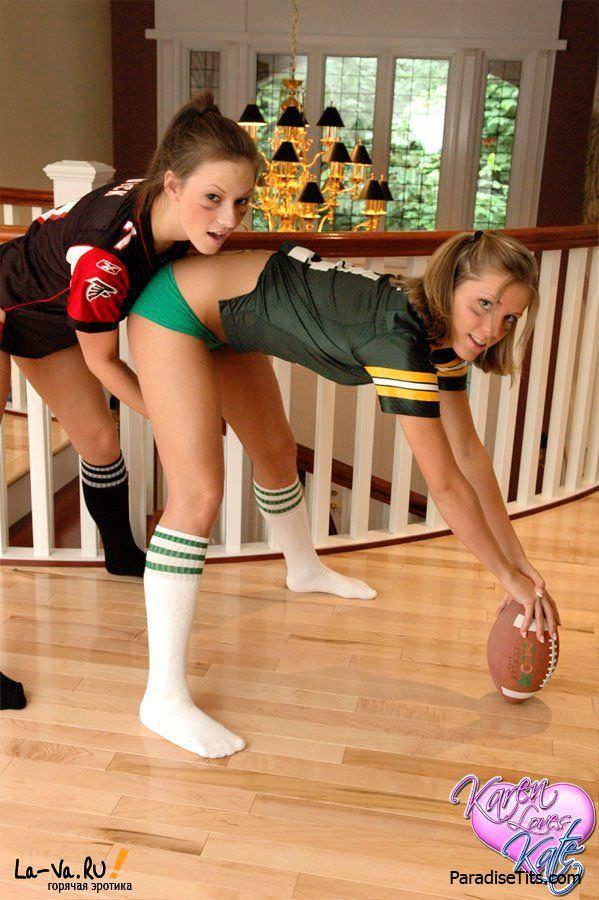 Молодые американские лесбиянки игриво позируют в трусиках и футбольной форме на фото