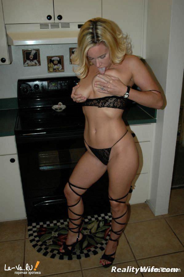 Голая женщина откровенно позирует на домашних порно фото
