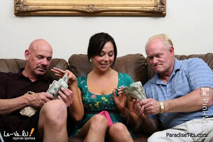 На развратных порно фото молодая барышня делает глубокий минет зрелым мужикам за деньги