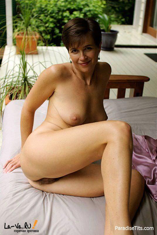 Красивая зрелая бабенка позирует нагишом на порно фото