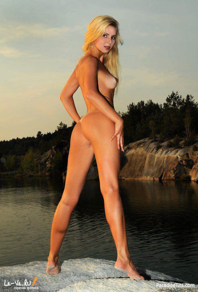 На русских порно фото соблазнительная красавица эротично позирует возле пруда