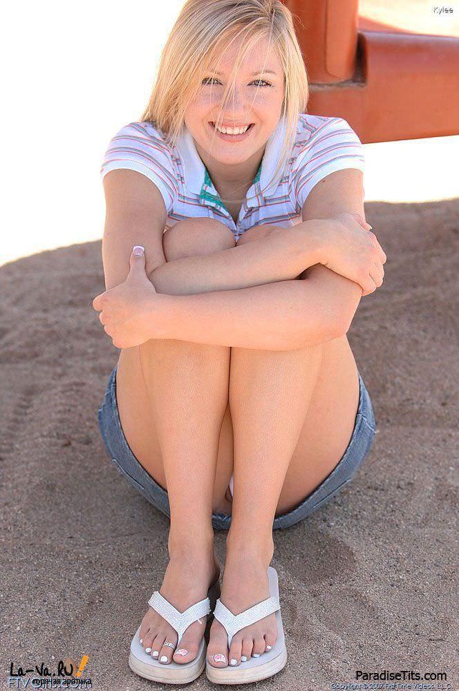Молодая блондинка с наслаждением показала свою пизду на фото HD качества
