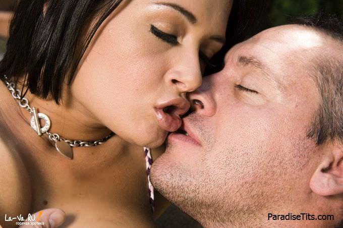 На профессиональных порно фото черноволосая шлюшка занимается диким аналом
