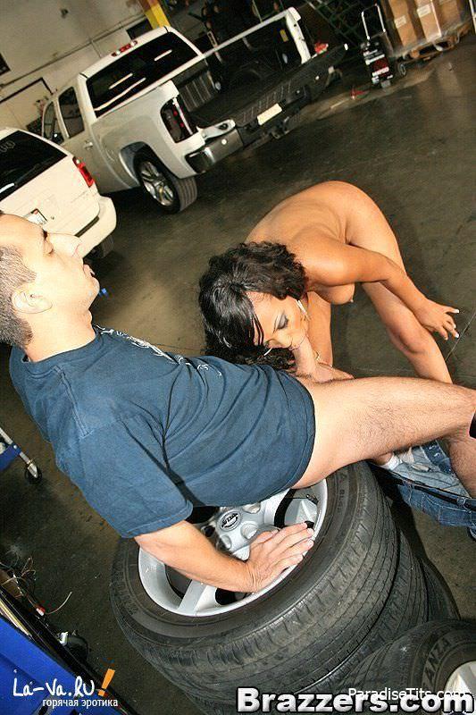 Молодая жопастая шлюха похотливо расхаживает обнаженной по улице и ебется на порно фото
