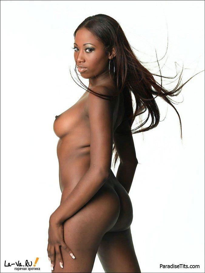 Самая красивая негритянка игриво раздевается в обнаженном виде на порно фото