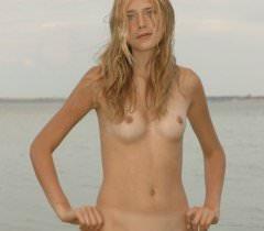 Голая русская девушка заманчиво ходит по берегу озера, выставляя свои прелести на порно фото