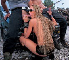 Порно фото жесткого траха втроем возле машины