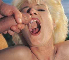 Зрелая блондинка на домашних фото занимается крутым сексом на природе и глотает сперму после эякуляции