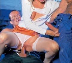 На порно фото русская блондинка нежно сосет хуи, а затем наслаждается еблей двойным проникновением