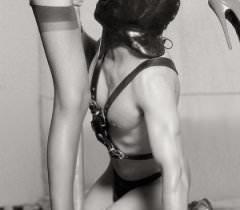 На черно белых фото опытная дама демонстрирует свой талант во время секса с мускулистым мужиком