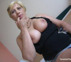 Зрелая тетка на порно фото демонстрирует под юбкой письку и красивые сиськи
