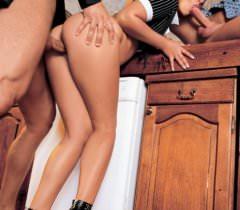 Русская девица на порно фото во время траха с одним самцом, нежно сосет хуй у другого любовника