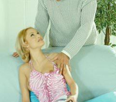 Жена делает мужу красивый минет сексуально позируя для фото