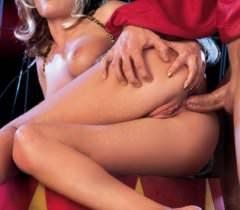Красивые телки на порно фото соблазняют мужика попками, а затем устраивают порево втроем
