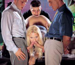 Взрослая блондинка на фото стонет во время секса, когда трое мужиков жестко ебут красотку в щели