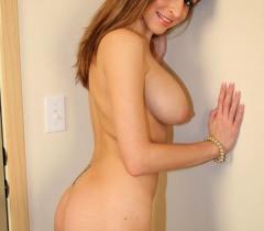 Привлекательная чертовка стоит в очень откровенном виде на порно фото