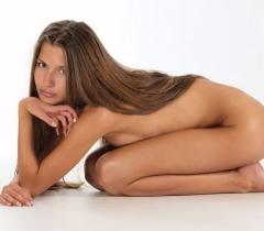На изумительных порно фото очень молодая телочка выставила напоказ свое голое тело
