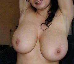 Толстая очаровательная крошка показала большие сиськи на порно фото