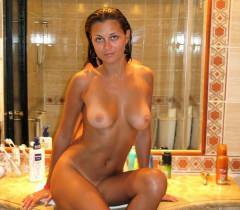 На домашних любительских порно фото молодая жена снимается на отдыхе и в квартире