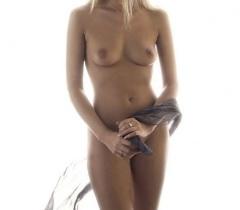 Русская девка не постеснялась и выставила во всей красоте бритый лобок и сочные дойки на порно фото