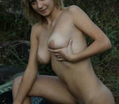 Шикарная волосатая пизда и большие сиськи с огромными кругами сосков - две сочных прелести на русских порно фото