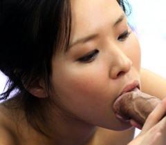 Умопомрачительная азиатка делает типу качественный минет и дико с ним ебется на фото