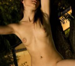 Знойная телочка с большой сочной пиздой красиво позирует голой на эротических фото