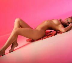 Стройная и голая телочка откровенно позирует на эротических фото порнографического содержания