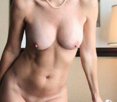 Зрелая развратница в черных чулках бесплатно демонстрирует потрясающие эротические фото