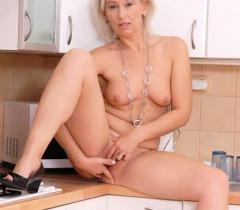 Зрелая женщина откровенно обнажается на бесплатных порно фото