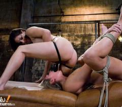 Женщины-лесбиянки дико ебутся с помощью страпона на порно фото