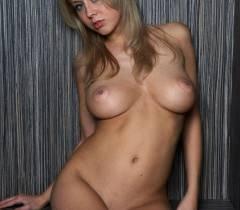 Русская богиня сидит нагишом и показывает большие сиськи на порно фото