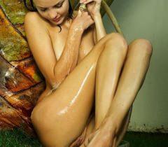 Молодая телочка выставила свою сочную пизду и идеальное тело напоказ на порно фото